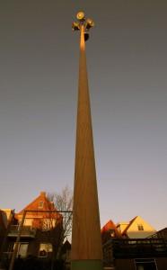 Alkmaar: een 15 meter hoge schijnwerper mast vervaardigd uit 1 stam Bilinga hout, met een kern van staal.