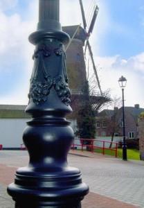 authentieke gegoten lichtmast lantaarnpaal bij molen